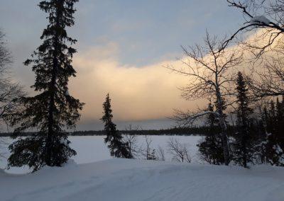 a tó melletti ösvény