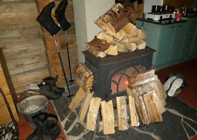 nem mondták, hogy a fát a kályhába kell tenni? :)